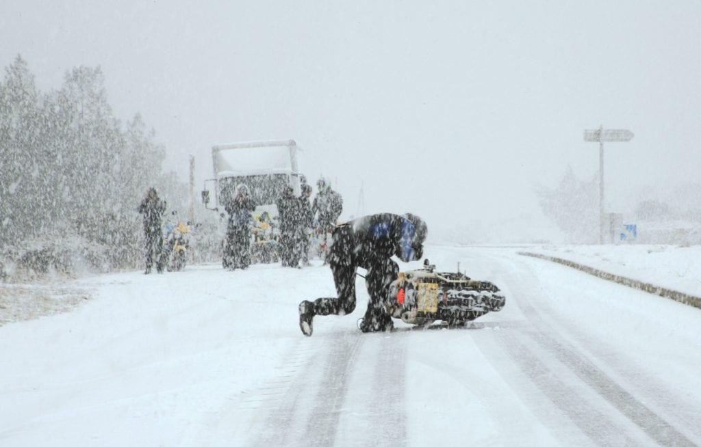 motorcykel skrid i sneen